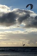 Am Strand in St.-Peter-Ording - Kitesurfen; Eiderstedt, Nordfriesland(7) (Chironius) Tags: eiderstedt nordfriesland schleswigholstein deutschland germany allemagne alemania germania германия niemcy stpeterording meer see nordsee northsea merdunord mardelnorte sonnenuntergang sunset atardecer tramonto zonsondergang закат dämmerung dusk schemering crépuscule crepuscolo abend evening abends himmel sky ciel cielo hemel небо gökyüzü peterording