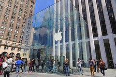 Fifth Avenue - New York City (USA) (Meteorry) Tags: nyc newyorkcity people usa newyork apple america store ipod unitedstates manhattan unitedstatesofamerica may 5thavenue cartier applestore midtown cube storefront empirestate fifthavenue bigapple iphone ipad flagshipstore 2015 gmbuilding meteorry generalmotorsbuilding applewatch glasscube appletv