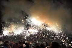 Correfoc 044 (Pau Pumarola) Tags: correfoc foc fuego feu fire feuer guspira chispa étincelle spark funke festa fiesta fête fest diable diablo devil teufel catalunya cataluña catalogne catalonia katalonien girona diablesdelonyar