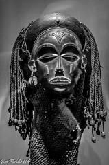 Nuove frontiere dell'arte... (Gian Floridia) Tags: brera milano viamadonnina african antique art bn bw bienne ethnic shop universal universality untitled window