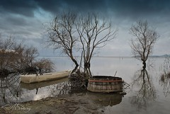 Il lago si oscura, solo il grido delle oche selvatiche (piselli.antonella) Tags: lago trasimeno cielo nuvole riflessi