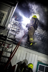 lmh-rundtjernveien137 (oslobrannogredning) Tags: bygningsbrann brann brannvesenet brannmannskaper slokkeinnsats brannslokking brannslukking røykdykker røykdykkere røykdykking begrensningslinje