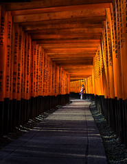 Fushimi Inari-Taisha (v-_-v) Tags: wood red orange woman black japan kyoto shrine asia jp kimono shinto torii shintoshrine fushimiinari kyōtoshi kyōtofu