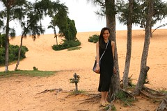 Honeymoon044 (HAKANU) Tags: red beautiful lady sand honeymoon desert dunes vietnam phuong muine redsanddunes