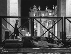 Pobre en el Vaticano - Poor in the Vatican (Rdr) Tags: vatican blackwhite sleep poor vaticano pobre dormir blanconegro inequality povero desigualdad disuguaglianza