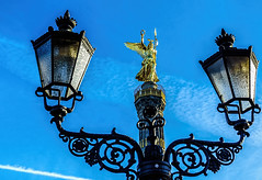 Siegeslaterne (ruedigerhey) Tags: berlin laterne kandelaber siegessule himmel hauptstadt deutschland architektur licht engel sule lantern candelaber heaven capital germany architecture angel column  bln dnglng zhti shngl jnin zh tinkng shud dgu jinzh ngr li b ln dng bo mn