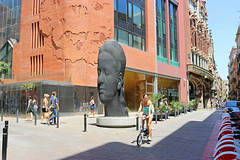 Juliol_0165 (Joanbrebo) Tags: canoneos80d efs1855mmf3556isstm eosd autofocus barcelona estatua statue carmela jaumeplensa streetscenes gent gente people peopleandpaths street lunaphoto