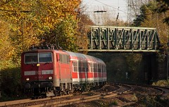31.10.2005 Gelsenkirchen Alma Strasse. DB 111 125 mit RB (ruhrpott.sprinter) Tags: railroad orange oktober ice train germany deutschland graffiti track kohle diesel nacht 628 outdoor herbst eisenbahn rail zug cargo gelb 111 locomotive express passenger re sbahn bahn 112 gelsenkirchen ruhr freight s2 metropole 928 152 waggon 232 herbstlaub lokomotive 143 lok 140 290 eisen gleis schienen sprinter ruhrpott 294 gterzug 425 sncb dosto 6487 reisezug rb43 falns ellok messzug almastrasse
