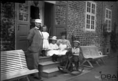 GIM-10_045f (dbagder) Tags: barn denmark dresser hatter menn leker dnk babyer klr mennesker kvinner kjoler utendrs hodeplagg drakter gyngehester herregrder kulturhistoriskefotografier familebilder