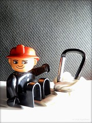 ToYs poiNting at stuFF #028 (C.Kalk DigitaLPhotoS) Tags: toy spielzeug lego duplo figur figure closeup carabiner karabiner helm helmet hardhat black white weis weiss rot red reflektion reflection stilllife indoor