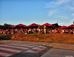 Sentados hacia el sol. (Howard P. Kepa) Tags: paisvasco euskadi bizkaia barrika golfonorte terrazas puestadesol verano pasocebra carretera hierba