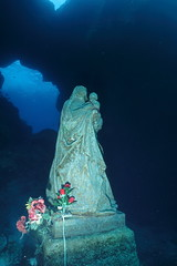 Statua della Madonna, sul fondale antistante l'Isola dei Conigli. Statue of Our Lady, on the seabed in front of the Island of Rabbits. (omar.flumignan) Tags: ourlady madonna statua statue island isola rabbits conigli fondale seabed cave cavit mare sea mediterraneo lampedusa dive immersione italia italy mobydiving canon g7xmk2 powershot ikelite ds51 fantasea fg7xmk2