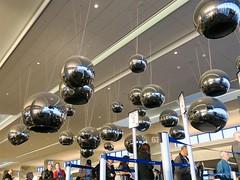 Christmassy departure (Riex) Tags: balls boules ceiling plafond decorations hallway unitedairlines terminal sfo sanfrancisco california californie g9x