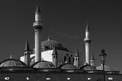 4469 B Mezquita de Alaeddin Konya (carlostorrebenito) Tags: byn cupulas frojo farolas mezquitas minaretes murallas torres turquia ventanas