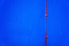 knots (Rosmarie Voegtli) Tags: knots door knoten rot rouge red rosso leukerbad odc minimalism ourdailychallenge inexplore blue blu bleu blau minimalistic