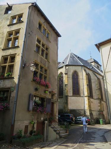 Maison Berweiler (1624) et église gothique de la Nativité de la Vierge (XVe), rue de la Porte de l'Horloge, Sierck-les-Bains, Moselle, Lorraine, France.