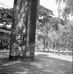 Revolución  en clown (Felipe Cárdenas-Támara) Tags: rolleiflexautomat6x6modelk4a rolleiflexjune1951march1954 kodaktmax universidaddeantioquia zeissjenatessar3575 felipecardenasphotography