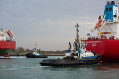 In and Out (Peet de Rouw) Tags: holland netherlands port ship tugboat tug maasvlakte europoort portofrotterdam denachtdienst canon5dmarkiii peetderouw
