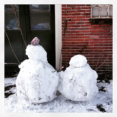 De buurkinderen waren al vroeg op... (Marcel van Gunst) Tags: winter snow snowman sneeuw sneeuwpop sneeuwpoppen schneemann hengelo uploaded:by=flickstagram instagram:photo=90500978188889054955328948