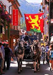 Zermatt, rue principale / Zermatt, Bahnofstrasse (www.nathalie-chatelain-images.ch) Tags: switzerland valais zermatt rue street calche chevaux people maisons houses drapeau flag nikon rs belle cette et ces