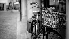 Ein Fahrrad geht immer (blatnik_michael) Tags: udine italien blackwhite fahrrad bike bycicle fuji fujinon xe2 xf35 atmosphere outdoor outside streetphotography street bokeh nature style summer retro vintage f14