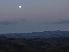 Cabea de Boi (Johnny Photofucker) Tags: cabeadeboi itambdomatodentro lua moon luna anoitecer sera night montanha montagna mountain minasgerais lightroom p530 brasil brazil brasile landscape paisagem