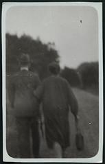"Archiv Chris066 ""Groeltern"", 1920er (Hans-Michael Tappen) Tags: archivhansmichaeltappen fototechnik groseltern bewegung 1920s 1920er hut kleidung tasche handbag schirm"