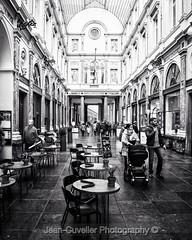 Bruxelles Galerie St Hubert #blacknwhite_perfection #blackandwhite #brussels #bruxelles #brussel #bxl #bxlmabelle #bxlove #bxlife #galerieduroi #galerieduroietdelareine #galeriesainthubert #visitbrussels #visitbrussel #ig_brussels #ig_bru #culturetripbxl (jeancuvelier) Tags: streetphotography noiretblanc bnw galeriesthubert galerieduroi brussels bruxelles instagramapp square squareformat iphoneography