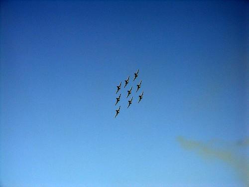 aerei su cielo azzurro in formazione davanti