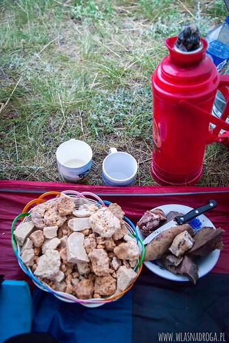 Ser, mięso i herbata z mlekiem