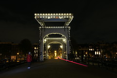 Ghost @ Amsterdam (AndyMc87) Tags: longtimeexposure langzeitbelichtung longtime lightstreams lighttrails ghost amsterdam amstel bridge gracht canal light latern flash house street night outdoor way water rail canon eos 6d 2470 shadow magerebrug