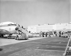 Atlas Collection Image (San Diego Air & Space Museum Archives) Tags: aviation aircraft airplane airlines airliners unitedairlines united ual boeing boeing727 boeing727100 boeing72722 boeing727122 727100 72722 prattwhitney jt8d prattwhitneyjt8d passengerstairs threeholer trijet