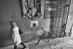 vicolo (giorgioGH) Tags: voltomercatovecchio verona veneto italia italy piazzaerbe bn biancoenero bicicletta blackandwhite devoti edicolasacra