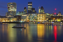 Colori sul fiume / colors on the river (City of London, London, United Kingdom) (AndreaPucci) Tags: cityoflondon london uk thames night bank reflections andreapucci canoneos60 river colors