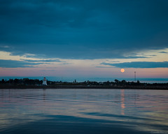 Lever de lune au crpuscule/Twilight moonrise/salida de la luna al crepsculo (Ceomga) Tags: claudehamel pleinelune mer bonaventure camping plagebeaubassin gaspsie heurebleue bluehour leverdelune