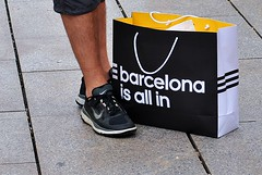 Barcelona va contigo - Barcelona goes with you (i.puebla) Tags: barcelona street city españa shopping bag 50mm calle spain nikon ciudad catalonia streetphoto bolsa oldtown callejeando cataluña compras streetview cascoviejo d3000