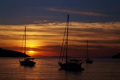 Amorgos -  Katapola - la baie 5 (luco*) Tags: sunset sea sky mer de bay soleil boat coucher greece ciel bateau grèce cyclades amorgos baie kyklades hellada katapola flickraward flickraward5 flickrawardgallery