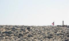 chatham spiaggia (5) (Parto Domani) Tags: usa beach strand america sand flag massachusetts united sable playa flags arena chatham shore beaches cape states cod peninsula plage  spiaggia uniti playas drapeau sabbia bandiere bandiera spiagge estados units penisola drapeaux plages unidos   strnde  stati     etats   markierungsfahne    damerica  markierungsfahnen