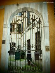 Oltre il cancello (sandra_simonetti88) Tags: gate cancello casa entrata ingresso entry brescia brixia lombardia lombardy italia italy yellow giallo house houses case