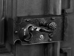 St. Urban (wpt1967) Tags: confederazionesvizzera confederaziunsvizra confoederatiohelvetica confdrationsuisse eos60d kirche kirke klinke schloss schweiz schweizerischeeidgenossenschaft september2016 sturban trklinke canon100mm church doorhandle lock wpt1967