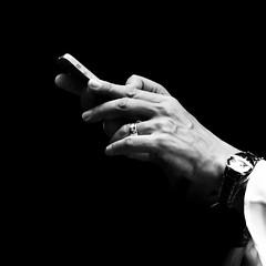 Cinc nivells - Five levels (Herminio.) Tags: apple phone smartphone hand hands ring watch apfel telefon hnde uhr bluse weis schwarz tlphone main mains bague montre chemisier blanc noir telfono mano manos anillo reloj blusa blanco negro