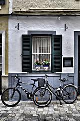 Menorquinades (25) (Perikolo) Tags: carrers menorca ciutadella finestres bicicletes