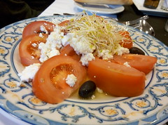 Zaragoza | Palacio la Aljafera | Ensalada (moverelbigote) Tags: restaurant la comida restaurante zaragoza eat arabe castillo cafetera comidas palacio musulman aljafera palaciodelaalfajera moverelbigote palaciolaalfajera