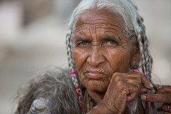Inde: Rajasthan, vieille dame se coiffant. (claude gourlay) Tags: inde india indedunord northindia claudegourlay asie asia portrait retrato ritratti face people rajasthan chandelao