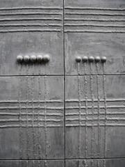 Die Tür. / 11.11.2016 (ben.kaden) Tags: berlin altberlin klosterstrase architekturderddr kunstderddr metallgestaltung relief 2016 11112016