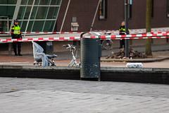 Inktpatroon aangezien als bom zorgt voor paniek in centrum Enschede (Sem van der Wal Fotografie) Tags: november sting 25 bom enschede plein pakketje politie heekplein gevonden vooral gebied verdacht groots nadat woensdagmiddag afgezet persbureauginopress