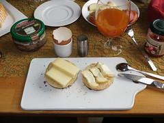 Landana Organic und Vacherouse Argental auf frisch gebackenen Brtchen (multipel_bleiben) Tags: essen frhstck kse brtchen