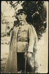 Archiv H744 K.u.K. sterreich-Ungarn, Soldat mit Sbel, 1910er (Hans-Michael Tappen) Tags: archivhansmichaeltappen kuk sterreichungarn sbel soldat uniform mantel portrt portrait outdoor 1910er 1910s