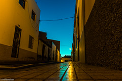 sidewalk (Lichtbildidealisten.) Tags: dwpthoffield sky blue night light summer city yellow house new tenerife