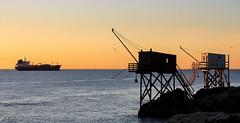 Certain peche gros d'autre petit... (ju.labs) Tags: sunset canon canon700d couchdesoleil couleurs colors out mer sea ocean soleil saintpalaissurmer charentes charentesmaritime estuaire canon55250 carrelets pcheur pche bateau boat